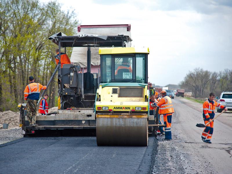 Укладка асфальтового покрытия дорожным катком