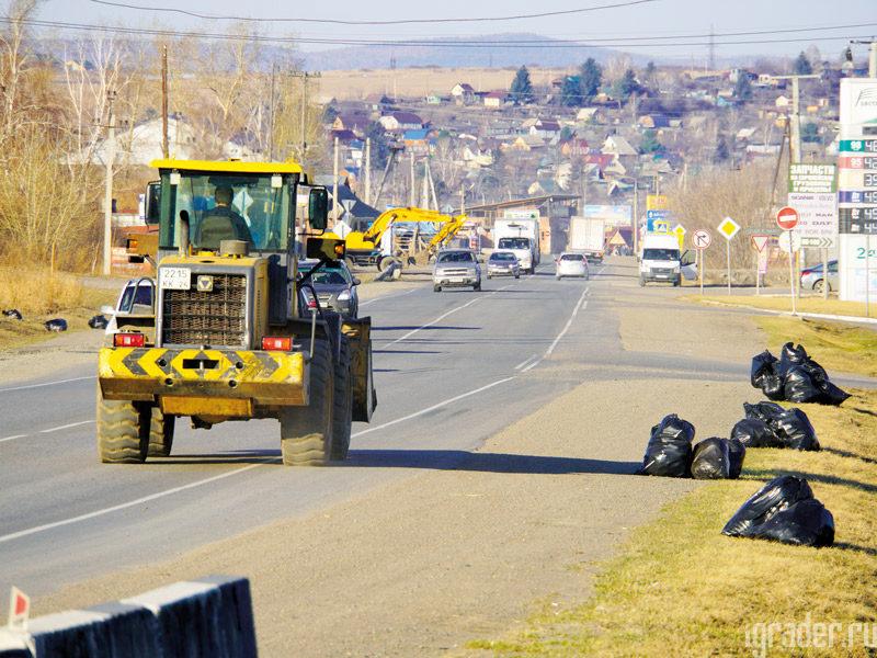 Дорожники только и успевают собирать выброшенный водителями мусор