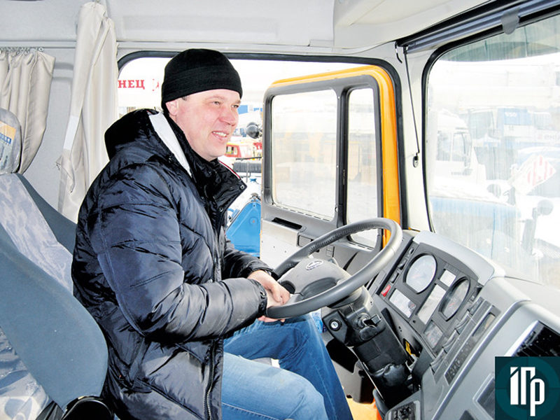 Александр Суровцев в кабине Shacman SX3256
