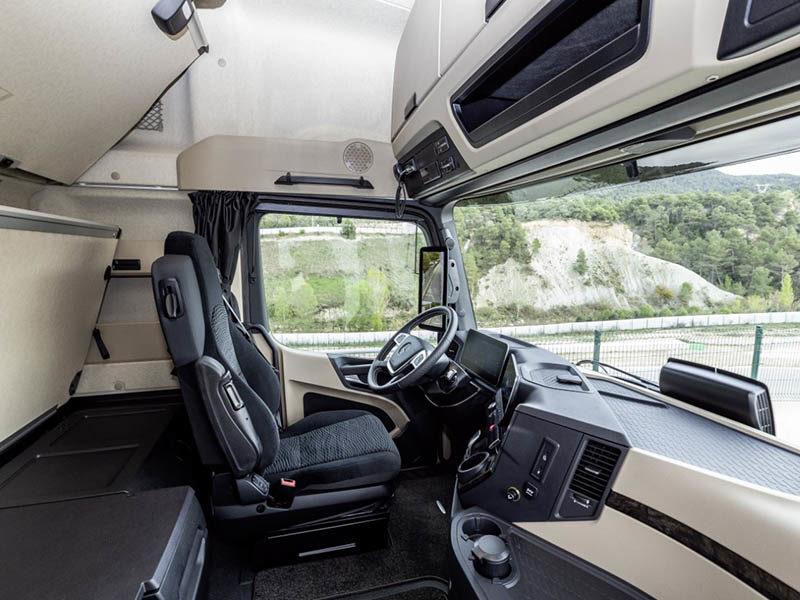 В кабине тягача Mercedes-Benz Actros