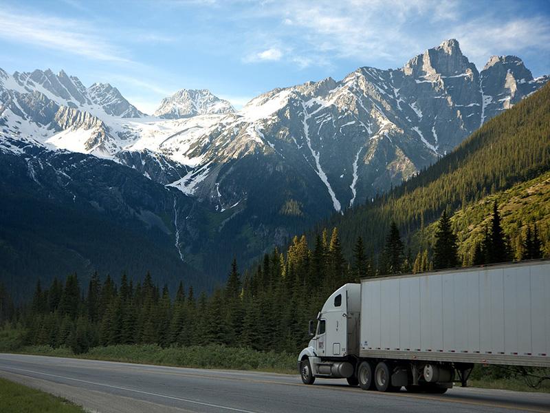 грузовик на дороге